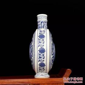 清乾隆年制青花缠枝抱月瓶