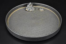 (丙1658)乐山《鎏金壶承茶道具》陶瓷器一件 圆形 直径为:21cm 。茶盘又称茶船就是放置茶壶、茶杯、茶道组、茶宠乃至茶食的浅底器皿。