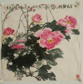 刘辛宽:《牡丹》作于1998年.斗方.软片.有水渍,画面泛黄,有年代感。刘辛宽,著名画家。1955年生于洛阳,1975年至1992年洛阳市美陶公司从事设计绘画工作,1992年入洛阳画院。