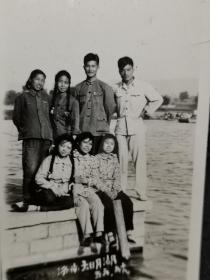 早期山东济南大明湖合影风景