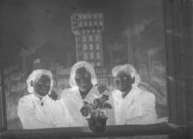 "5·D·H·1·建国初~文革·照相馆·拍摄·黑白底片·""照相馆布景前的姐妹仨·合影""·77*57mm·1张"