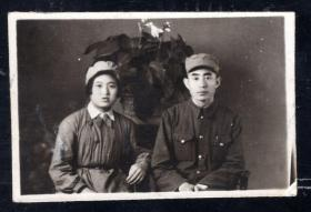 4.50年代军人夫妻合影等老照片1张(尺寸约3.8*5.9厘米)830