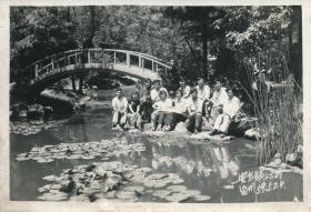 "5·Z·H·1· 反右大跃进人民公社时期·黑白老照片·""于安东镇江山留影·1959.5.24""·117*80mm·2张"