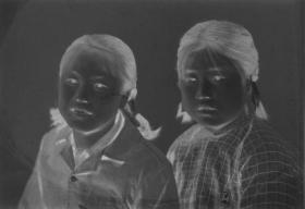 "5·D·H·1·建国初~文革·照相馆·拍摄·黑白底片·""姐妹俩·合影""·53*42mm·1张"