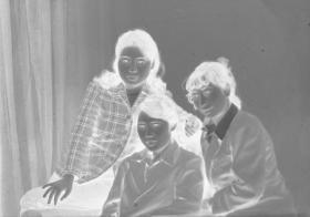 "5·D·H·1·建国初~七八十年代·照相馆·拍摄·黑白底片·""三姐妹·合影""·80*59mm·1张"