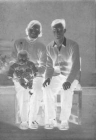 "5·D·H·1·建国初~文革·照相馆·拍摄·黑白底片·""三口之家·合影""·82*53mm·1张"