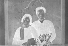 "5·D·H·1·建国初~文革·照相馆·拍摄·黑白底片·""情侣·合影""·57*39mm·1张"