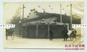 """1932年淞沪事变上海租界道路转角处搭建的防御堡垒老照片,拍摄于黄浦区宁波路上海钱业公会建筑前。""""一·二八""""事变旧影"""