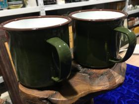 八十年代部队配发搪瓷小茶杯两个合售,近全品 尺寸如图,特惠价35包邮,库存还有三百余个,量大请和店主联系,价格更优。