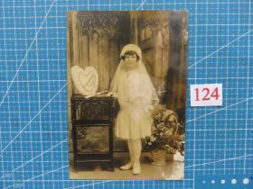 {会山书院}124#1900年左右欧洲(带头纱的女孩留影)老照片--原版照片、16.3*11.3CM 黑白照片、手账收藏必备