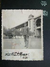 军人老照片:74年武汉长汉大桥留念