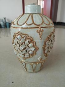 元白釉堆花镶金莲纹八棱梅瓶