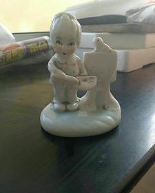 早期,〈儿童人物〉瓷摆件。好品