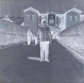 5·D·H·1·建国初~文革·【美女·背后的建筑很漂亮】·老黑白底片·1张·尺寸:60*60mm`详见描述