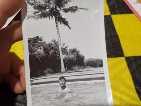 老照片·(七十年代 坦赞铁路中方施工人员)于中国驻坦桑尼亚大使馆游泳池 1974