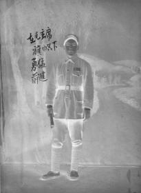 5·D·H·1·建国初~文革·【在毛主席的旗帜下勇猛前进】·老黑白底片·1张·尺寸:72*57mm`详见描述