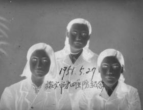 "5·D·H·1·建国初·1951.5.27·""三个抗美援朝女兵·旅大市第四医院纪念""·老黑白底片·1张·尺寸:70*57mm`详见描述"