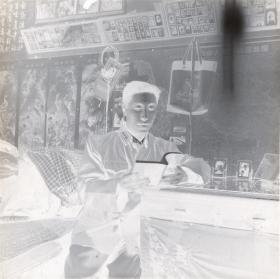 5·D·H·1·建国初~文革·【普通家庭简朴陈设·学毛选】·老黑白底片·1张·尺寸:60*60mm`详见描述
