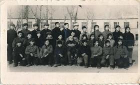 """5·Z·H·1·文革时期·经典·黑白老照片·""""一九七三年一月永长小学留影·娄老师和她的学生们·面向右前方·男左女右分立""""·115*70mm·1张"""
