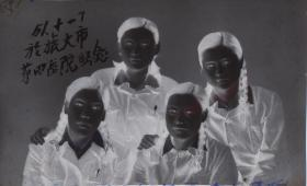 "5·D·H·1·建国初·1951·""四个抗美援朝女兵·于旅大市第四医院留念""·老黑白底片·1张·尺寸:70*48mm`详见描述"