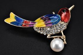 (丙1707)《珍珠胸针》1只 胸针镶嵌珍珠1颗 鸟造形 样式精美 珍珠直径:9mm 胸针又称胸花 是一种使用搭钩别在衣服上的珠宝 也可认为是装饰性的别针 一般为金属质地 上嵌宝石 珐琅等 可以用做纯粹装饰或兼有固定衣服的功能 重量:9.48g