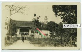 民国湖北武昌洪山南麓宝通禅寺接引殿正殿门老照片,有外国水兵游览,照片右侧是寺中的洪山宝塔。此寺是三楚第一佛地,是武汉市佛教四大丛林之一,也是武汉现存最古老的寺院