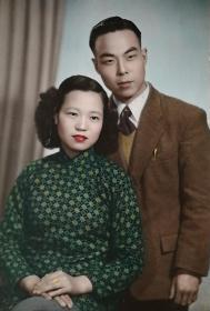 民国时期上海南京西路宝德照相馆出品《青年夫妻合影照》精品手工上色原版照片一枚,有衬板