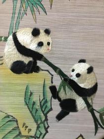 刺绣手绘竹帘画,国外回流的珍品。画功绣功精湛,竹帘制作工艺堪称一绝。竹子细若发丝。老外都不知道是怎么做出来的。值得珍藏。