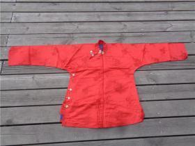 民国时期年轻女子穿的大襟花卉纹红丝绸上衣