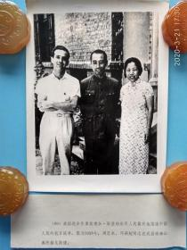 老照片 纪念抗战胜利(1938年,周恩来,邓颖超同志在武昌珞珈山公寓接见斯诺),美国进步作家 斯诺向世界人民真实地报道中国人民的抗日战争。中国人民的老朋友,美国著名记者,中日战争时期深入中国多次采访中共领导人 ,100位为新中国成立作出突出贡献的英雄模范人物之一, 代表作品 《红星照耀中国》、《远东前线》、《活的中国》,72年2月15日,斯诺在日内瓦逝世,部分骨灰葬在中国,地点在北京大学未名湖畔
