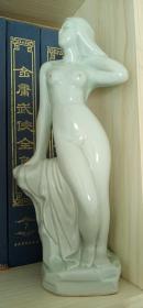 影靑浴女瓷像