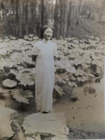 民国旗袍美女公园照片