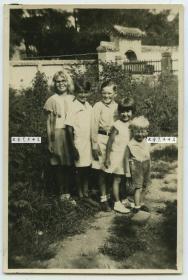 民国1930年山东青岛的五名外国小孩老照片,远处有一中国古建砖门