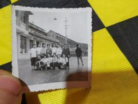 老照片·革命大串连女青年在大寨合影 旅行包