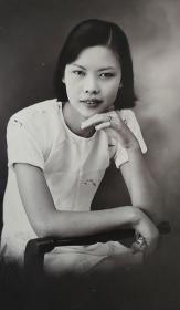 民国时期压钢印寰芳照相馆出品《短袖美女学生半身坐姿照》原版黑白照片一枚
