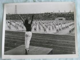 北京市中学生们表演第四套广播体操     照片长 15厘米宽11.5厘米     D箱