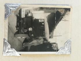 1951年慰问手册 全国人民慰问人民解放军代表团赠,皮面活页夹,当时赠给高级将领,很少,不同于赠给中级军官的笔记本。此册是赠发给军委工程兵后勤部长李建民将军,内有李建民1948年在军用吉普车边,视察部队,开会,50年代夫人家人照片20张。李建民将军之子李西平照片20张,底片120张。夹子后有李建民之子李西平签名。