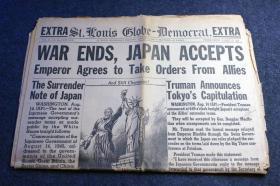 """1945年8月15日《圣路易斯环球》二战结束日本投降报纸号外,标题为""""战争结束了,日本接受(投降条款)了,天皇同意听从盟军的命令。"""