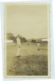 民国山东烟台海滩上外国水兵留影老照片