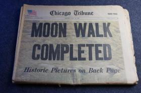 """1969年7月21日《芝加哥论坛报》人类首次航天登月进行月球行走特刊,大标题为""""月球行走完毕,人类的脚印昨晚第一次踏足月球"""",有一版是宇航员所有对话的文字整理,以及著名文章标题: 阿姆斯特朗一小步,人类一大步"""