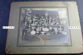 民国时期立顿红茶创始人英国人托马斯 • 立顿爵士和自己的莎姆洛克号帆船(Shamrock)曾经获得过的航海奖杯合影原版银盐老照片,超级大幅,整件尺寸为44X35厘米,照片尺寸28.8X24.4厘米,泛银。
