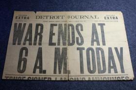 """第一世界大战停战当日,1918年11月11日《底特律新闻报》报纸号外,标题为""""今早六点,战争停止了""""。这张报纸已经100年以上的历史了。有文章标题为:世界大战战死8百万条生命,1500亿美元的损失。"""