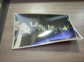 苏联艺术团来华演出后接受青年学生献花照片壹张