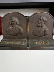 书立一对 《shakespeare 莎士比亚》和《Dickens 狄更斯》 约 20世纪 20 年代左右精工铸造 精美的书房摆件