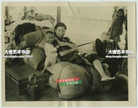 1944年豫湘桂战役中,日军入侵湖南长沙和衡阳期间,在火车站等待撤离的母子俩老照片。