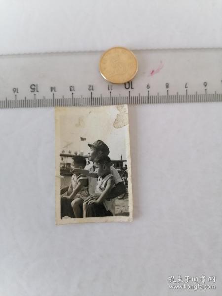 红旗合影      50件以内收取一次运费4。硬币作参考大小自定。