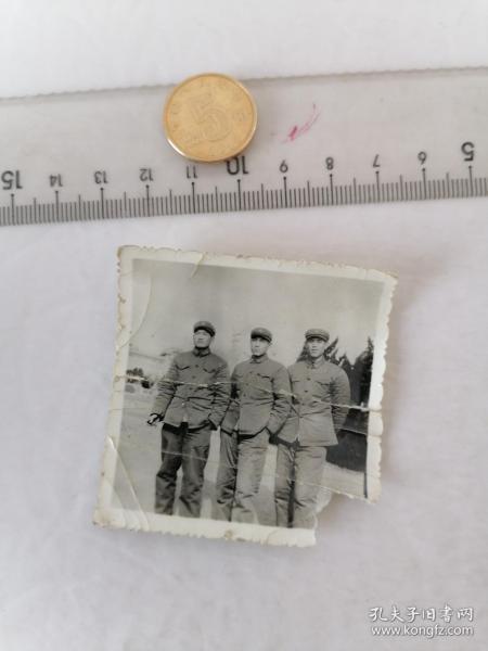军人  合影      50件以内收取一次运费4。硬币作参考大小自定。