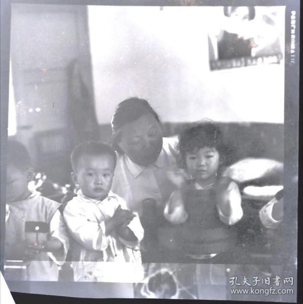 1980年安徽画报底片一张:幼儿园里老师和小朋友