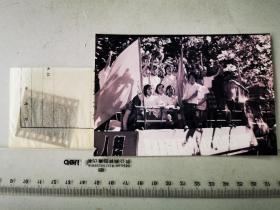 1977年135底片一张:芜湖街头卡车上,欢庆十届三中全会胜利召开的女青年