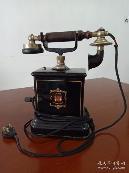 """Jydsk手摇古董电话机 。Jydsk的全称是""""日德兰电话公司"""",创立于1895年,当年是由17个私营电话公司合并而成,主营业务是向日德兰半岛提供电话服务,是丹麦第二大电话公司。1942年被收归国营。值得一提的是,1977年,Jydsk推出了型号为76E的世界上第一台全电子电话座机,至今76E型电话仍被陈列在纽约的现代艺术博物馆。"""